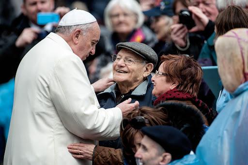 Pope Francis blesses an elderly couple - en