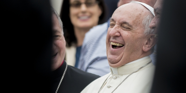 Non, l'Église Catholique ne condamne pas le rire ! Web-pope-francis-laughing-001-antoine-mekary