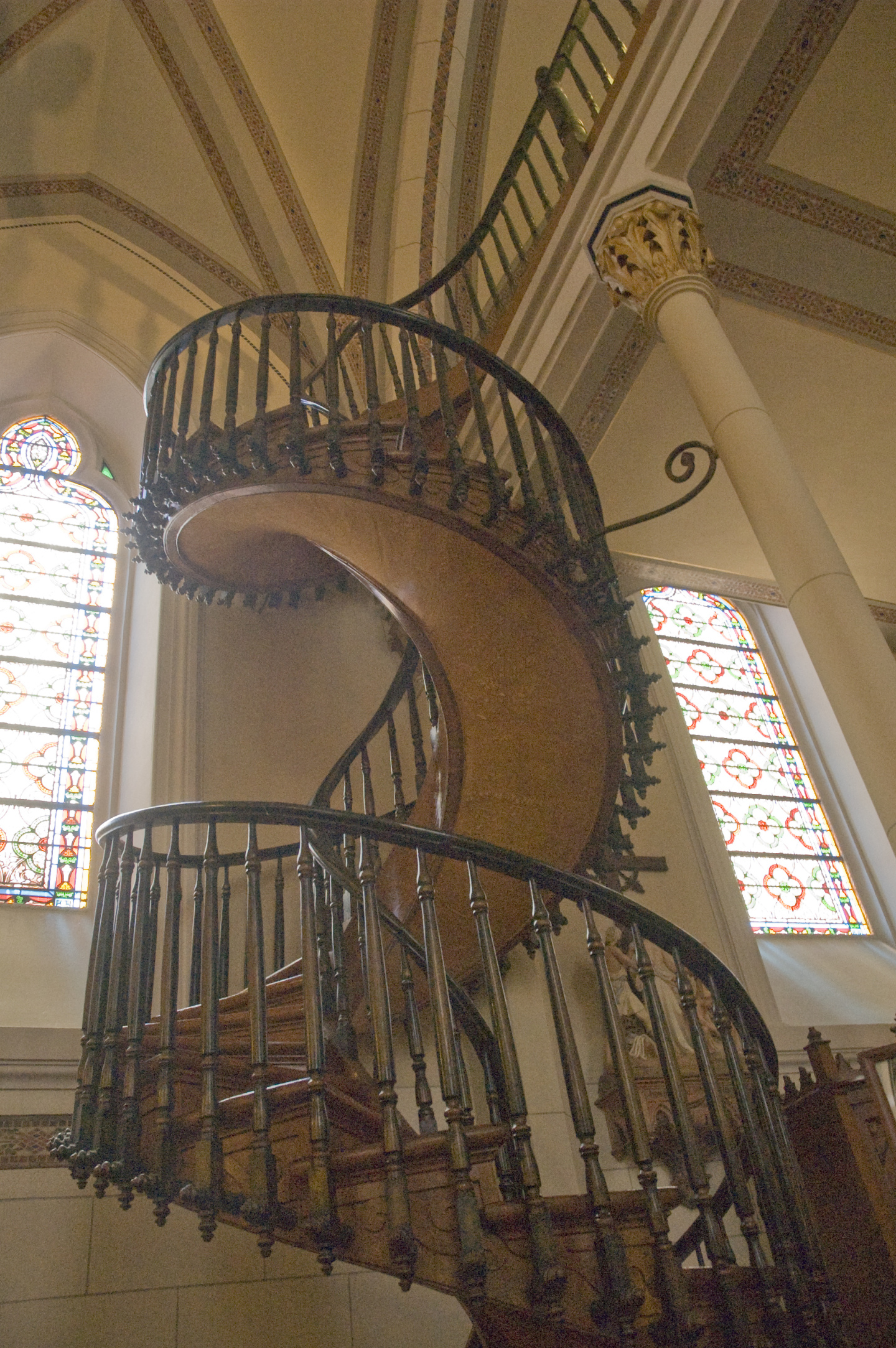 The staircase, which is around six meters high, takes two full turns over its axis until it reaches the choir. It was built without any nails or glue, and lacks any kind of central support. The construction itself is said to be impossible.